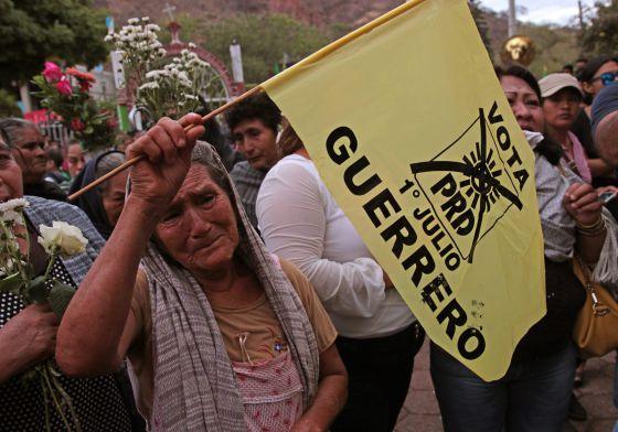 A woman cries at the funeral of Aidé Nava./ José Luis de la Cruz (EFE)