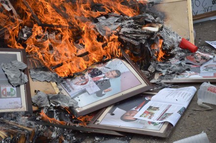 Teachers burn an image of Peña Nieto in Oaxaca. Photo: Jesús Cruz