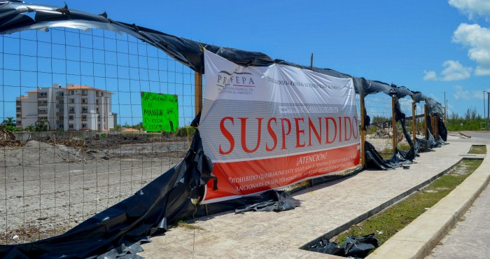 In August, 2015 Profepa arrived at the four lots at the Tajamar Breakwater that were being destroyed to post the announcement of the suspension. Photo: Cuartoscuro