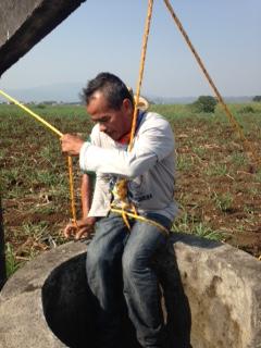 Searching in artesian wells. Photo: Miguel León, Blog Expediente.